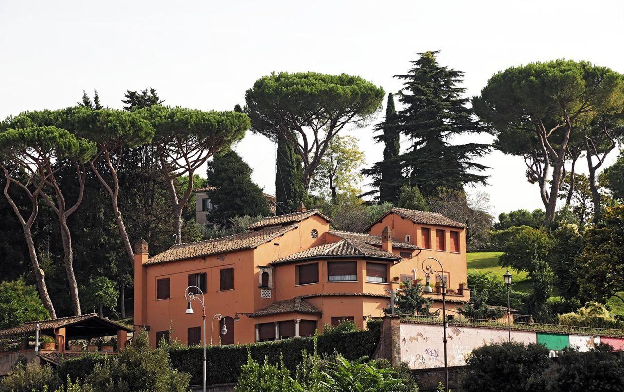 Curioso di visitare la villa alberto sordi scopri come for Interno ville foto